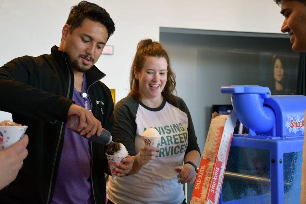 Студенты и персонал Центра Карьеры угощают студентов фруктовыми ледками