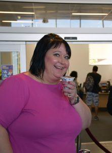Менеджер Центра Карьеры Хамбера Джой Бормен наслаждается виноградным десертом.